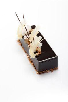 very pretty chocolate mini cake Fancy Desserts, Delicious Desserts, Dessert Recipes, Desserts Français, Christmas Log Cake, Paris Christmas, Christmas Leaves, Mini Cakes, Cupcake Cakes