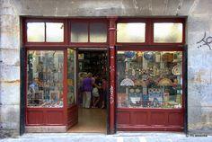 Calle Estafeta, #Pamplona :: Souvenirs Estafeta :: La calle Estafeta es, sin duda, la calle más famosa de Pamplona, mundialmente conocida porque por ella pasan los encierros de los Sanfermines. Más sobre la calle Estafeta en http://www.callesdepamplona.es/casco-viejo/calle-estafeta-pamplona.htm