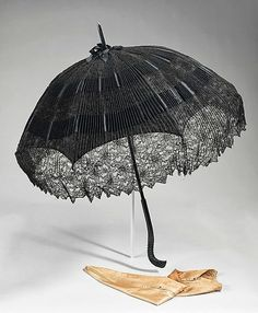 Parasol with very distinctive handle. From the parasol shape, I would guess later period fin de siècle. Victorian Era, Victorian Fashion, Vintage Fashion, Victorian Dresses, Vintage Accessories, Fashion Accessories, Accessoires Divers, Steampunk, Horses