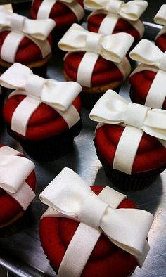 Beautiful red velvet Valentine cupcakes with white ribbon and bows and dipped gingerbread cookies❤ Beautiful Cupcakes, Cute Cupcakes, Wedding Cupcakes, Cupcake Cookies, Elegant Cupcakes, Noel Christmas, Christmas Goodies, Christmas Treats, Christmas Baking