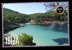 """¡Postal de Ibiza! En Ibiza resulta difícil encontrar bares de ambiente, hay poco ghetto y sólo una disco gay. Y sin embargo es una icono gay en el Mediterraneo. ¿Por qué? Pues porque toda la isla es gayfriendly. De todos modos no dejéis de bañaros en la playa de """"Es cavallet"""" o tomar una copa en la calle de la Virgen. #viajeslgtb #lgtb #lgtbi #destinoslgtb #destinogay #tourgay #gayfriendly #destinosgais #ibiza"""