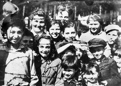 """Engel von Belsen"""": Diesen Spitznamen verdiente sich die KZ-Insassin Luba Tryszynska, hinten links, für ihre aufopferungsvolle Pflege der kranken und verwaisten Kinder im Konzentrationslager Bergen-Belsen, wohin auch Rena Quint, damals noch unter dem Namen Frajda Lichtensztajn, deportiert worden war."""