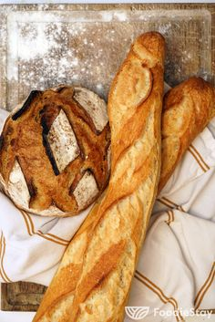 Taste a fresh, crunchy baguette in France with FoodieStay. A baguette is a long, thin loaf of French bread that is commonly made from basic lean dough. French Baguette, French People, Food Travel, Foodies, Bakery, Bubbles, France, Bread, Cooking