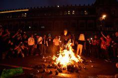 """CIUDAD DE MÉXICO (apro).- La """"tormenta perfecta"""" se articuló en menos de dos semanas: a los agravios acumulados por violaciones a derechos humanos, matanzas y desapariciones forzadas como la de los estudiantes de Ayotzinapa; por la oleada de corrupción documentada de gobernadores priistas y de la alta burocracia federal (de Javier Duarte a la CasaLeer más"""