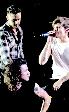 Larry Stylinson 2015 OTRA || Harry looking at Louis' crotch area .. ;')