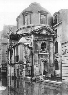 Les inondations de la Seine à Paris en 1910. Amphithéâtre d'anatomie rue de la Bûcherie. la maison des étudiants parée pour l'inauguration.