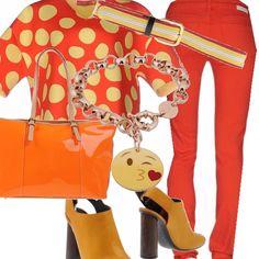 Colori vivacissimi, arancio e giallo nella blusa corta indossata sui pantaloni 5 tasche corallo. La borsa è sempre nei toni dell'arancio, in vernice lucida, i sandali con tacco in legno sono gialli e la cintura riprende tutti i colori dell'outfit. Al polso un bracciale con un kiss.