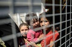 ATTENTION EDITORS: A Picture and Its Story: A Father Begs for Help | 15 imágenes descorazonadoras de refugiados sirios intentando entrar en Turquía - Yahoo Noticias España