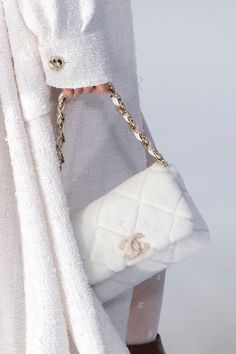 Pictures of the best fall 2020 designer bags at Milan Fashion Week. New Handbags, Chanel Handbags, Fashion Handbags, Fashion Bags, Fashion Fashion, Paris Fashion, Fashion Week, New York Fashion, New Chanel Bags