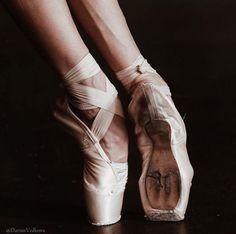 Ballet Beautiful - Boston Ballet Principal Dancer Dusty Button in Third Symphony of Gustav Mahler: A Ballet by John Neumeier. Tutu, Shall We Dance, Just Dance, Pointe Shoes, Ballet Shoes, Natalia Romanova, Ballet Photography, Ballet Dancers, Ballerinas