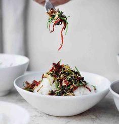 Thajská lepkavá rýže s křupavým zázvorem, chilli papričkami a arašídy Ottolenghi, Kung Pao Chicken, Rice, Ethnic Recipes, Food, Simple, Essen, Meals, Yemek