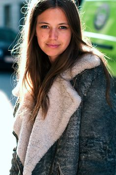 LE FASHION BLOG THAT COAT SHEARLING SHERPA DISTRESSED LEATHER LONG HAIR NATURAL BEAUTY STREET STYLE VIA THE LOCALS DK