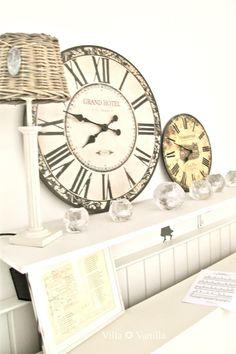 Villa ✪ Vanilla: On Hooks Spray Paint Cans, White Spray Paint, Big Clocks, Wall Clocks, Oversized Clocks, Country Kitchen Farmhouse, French Farmhouse, Clock Decor, Antique Clocks