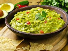 Guacamole is a heart-healthy dip that pairs well with more than just tortilla chips. Enjoy it with these nutritious foods for a healthy guacamole snack. Guacamole Dip, Guacamole Recipe Easy, Avocado Dip, Fresh Guacamole, Avocado Food, Homemade Guacamole, Fresh Avocado, Avocado Recipes, Gastronomia