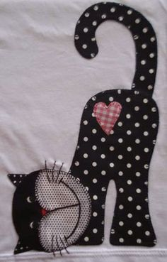 This is soooo cute! will be using this for a giving quilt, someone will just love this kitty Camiseta infantil com patchcolagem kitty cat cat quilt cat applies patchwork quilt cat quilt would make aGood applique idea for baby blanket!aplikacja kot na Cat Quilt Patterns, Applique Patterns, Applique Quilts, Applique Designs, Embroidery Designs, Sewing Patterns, Applique Ideas, Applique Templates, Patchwork Patterns
