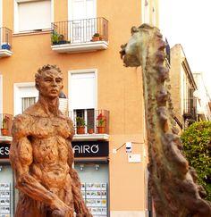 Sant Jordi i el Drac, Plaça Catalunya, Figueres, escultura de Mercè Riba Saint George and The dragon, Catalunya Square, sculpture by Mercè Riba