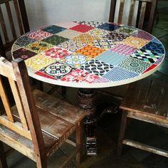 Resultado de imagem para mesa de madeira com azulejo