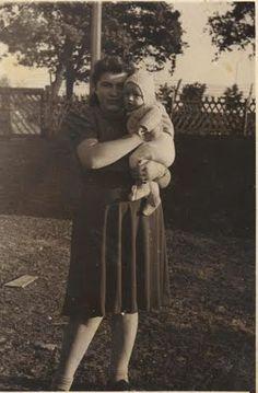 אהרון בזרועות אימו במחנה טמפלהוף