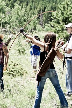 Archery at camp That quiver though. Archery Girl, Archery Bows, Story Inspiration, Character Inspiration, Longbow, Traditional Archery, Bow Arrows, Quiver, Action Poses
