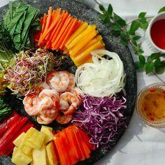 쌀국수와 함께 베트남 요리를 대표하는 월남쌈은 간단하면서도 초대요리로 손색없는 메뉴예요. 오색찬란한 빛이 보기에도 좋고 고기나 해물 등의 육류를 싱싱한 채소와 곁들여 먹으니 건강에도...