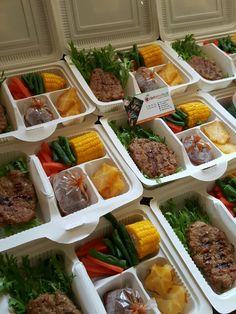 Steak... 😊 Salad Packaging, Food Packaging Design, Cafe Food, Food Menu, Lunch Catering, Diet Recipes, Healthy Recipes, Salad Bar, Creative Food