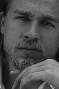 Son's of Anarchy Jax teller, Charlie hunnam. Those eyes ! Brad Pitt, Jax Sons Of Anarchy, Roi Arthur, King Arthur, Charlie Hunnam Soa, Jax Teller, Romance, Hommes Sexy, Raining Men