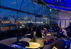 Harvey Nichols cocktail bar on the floor of the OXO Tower overlooks the River Thames. Definitely worth a visit for the views of London and why not, sampling their cracking drinks list too. Do not be tempted to dine here, food is yuck, trust me! Harvey Nichols, Tower Building, Tower Of London, Bars London, London Skyline, London Restaurants, Romantic Restaurants, Things To Do In London, River Thames