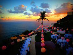 Mariage tout en ballons colorés associé à un coucher de soleil de rêve. #Bali