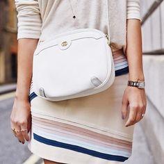 Vintage Gucci = ❤️ apegadíssima a essa bolsa que encontrei no @etiquetaunica, site com ótima seleção de produtos usados (e até vintage, caso da minha bolsa, um sonho para quem também é vintage lover 🙋🏻). Várias marcas incríveis, tudo super bem conservado e com certificado de autenticidade - também tem sapatos, óculos, roupas...  #etiquetaunica