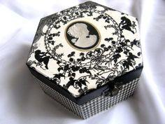 Cufar/cutie din lemn decorata manual in forma de hexagon. - Lucruri de Mana