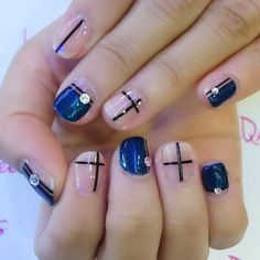 Yu Jiao's pick of geometrical lines for her petite nails 😉