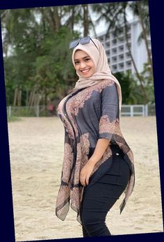 Arab Girls Hijab, Girl Hijab, Beautiful Muslim Women, Beautiful Hijab, Plus Sise, Muslim Women Fashion, Fashion Tights, Beauty Full Girl, Girl With Curves