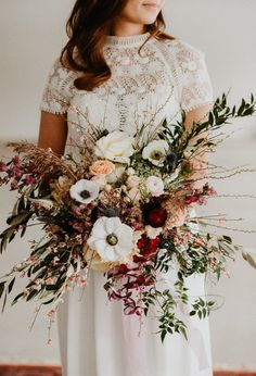 Wild and textural bridal bouquet | Image by Fotograf Emma Ivarsson
