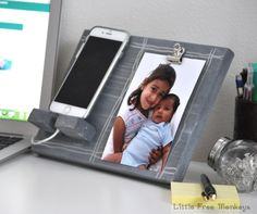Learn how to make this DIY phone charger and picture holder as a DIY Valentine's Day gift idea for someone special in your life! Plus 14 more creative DIY craft projects that use your favorite photographs of friends and family! Photo Display Board, Photo Displays, Photo Projects, Diy Wood Projects, Woodworking Projects, Woodworking Jigs, House Projects, Handmade Father's Day Gifts, Diy Gifts