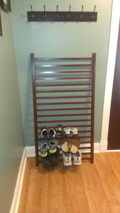 Repurposed crib railing as entry way shoe holder (Furniture Designs Shoe Racks) Old Baby Cribs, Old Cribs, Repurposed Furniture, Rustic Furniture, Diy Furniture, Furniture Movers, Furniture Vintage, Furniture Stores, Industrial Furniture