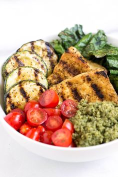 These pesto quinoa salad bowls are a quick and easy dinner to serve up this summer. With grilled veggies and tofu, it's high in protein and in flavor!