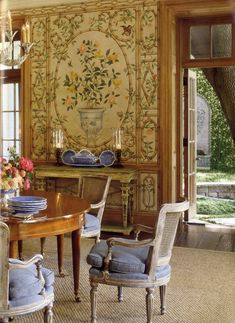 Gracie wallpaper designed by Easton. David Easton -dining room in Dallas. Photo by Peter Vitale.
