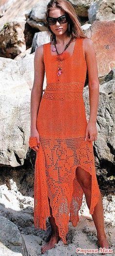 Это прекрасное платье выполненно в технике филе. Его подол -треугольные фистоны с розами-филе а верх плотный строгий узор. Сочетание очень необычное. Впечатляет! Журнал мод №610