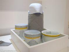 kit de higiene com tema cachorrinho e detalhes em cinza e amarelo.