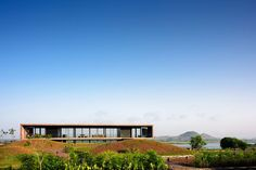 The Panorama House is situated on the backwaters located at the Gangapur Dam in Nasik. Here at architectures ideas we shall talk about this amazing house designed and developed by Ajay Sonar. Modern Residential Architecture, Concrete Architecture, Interior Architecture, India Architecture, Cool House Designs, Modern House Design, Contemporary Design, Villa, Le Corbusier