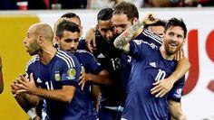 Una actuación mágica de Lionel Messi condujo el martes a la selección de Argentina a instalarse ...