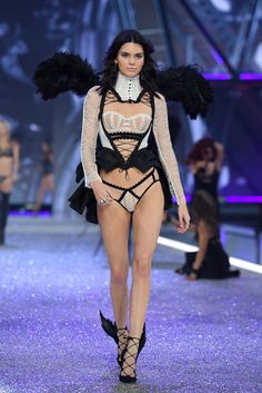 Kendall Jenner Goes Tropical Sexy for Victoria's Secret Fashion Show!: Photo Kendall Jenner slays as she hits the runway at the 2016 Victoria's Secret Fashion Show on Wednesday night (November in Paris, France. Kendall Jenner Outfits, Kendall E Kylie Jenner, Kardashian Jenner, Victoria Secret 2016, Modelos Victoria Secret, Victoria Secret Fashion Show, Fashion Show 2016, Fashion Week, Fashion Photo
