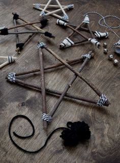 Rustic and Modern Twig Stars - learn how to make them! - Christmas Crafts and DIY Ideas - DIY Twig Star Ornaments – Decorations – northstory - Twig Crafts, Nature Crafts, Christmas Projects, Holiday Crafts, Christmas Holidays, Cheap Holiday, Christmas Ideas, Christmas Design, Christmas Carol