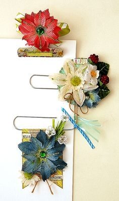 Scrapperlicious: Altered Paper Clips by Irene Tan using Petaloo beautiful flowers Paper Clips Diy, Paper Clip Art, Paperclip Crafts, Paperclip Bookmarks, Do It Yourself Organization, Journal Paper, Junk Journal, Fabric Journals, Candy Cards