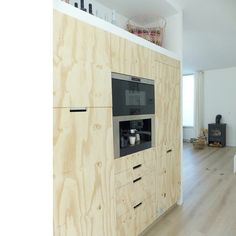 Plywood kitchen with handles recessed into the cabinetry and built in appliances Kitchen Interior, New Kitchen, Room Interior, Kitchen Dining, Kitchen Unit, Plywood Walls, Plywood Furniture, Home Furniture, Plywood Cabinets