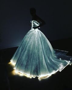 Etiqueta #MetGala en Twitter Debutante Dresses Princesses, Light Up Dresses, Light Up Clothes, Pretty Dresses, Light Dress, Amazing Dresses, Fiber Optic Dress, Met Gala Themes, Zac Posen