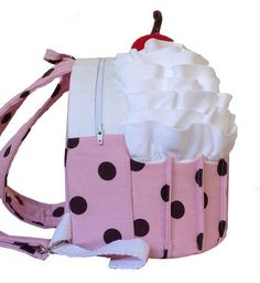O Cozy Cupcake Backpack costura PDF Pattern por Cozy Nest Designs em PatternPile