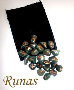 Runas em pedras de quartzo verde | A Bruxa Mundo Místico | http://abruxaloja.loja2.com.br