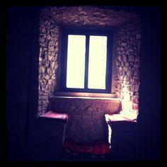 Dovete immaginare la seguente scena: donne che si cimentano al tombolo.  Al posto della finestra c'era una feritoia.