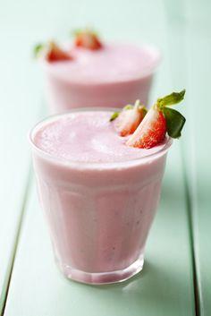 Tofu fouetté aux fraises et aux bananes—Un bon smoothie épais et nourrissant… mais sans lait! Pour une boisson plus épaisse, utiliser des bananes congelées.